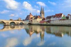 Cathédrale de Ratisbonne et pont de pierre à Ratisbonne, Allemagne Images stock