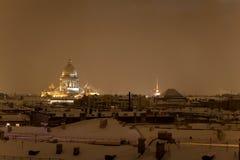 Cathédrale de rue Isaac dans la nuit de St Petersburg Image libre de droits