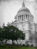 Cathédrale de rue Paul âgé dans des temps modernes Photos stock