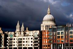 Cathédrale de rue Paul avec des nuages, Londres Photos libres de droits