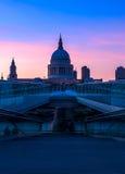 Cathédrale de rue Paul et la passerelle de millénium à Londres Images stock