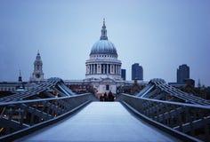 Cathédrale de rue Paul et passerelle de millénaire à Londres Image libre de droits