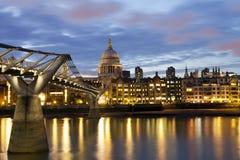 Cathédrale de rue Paul et passerelle de millénium à Londres Photographie stock