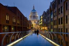 Cathédrale de rue Paul et passerelle de millénium Image libre de droits