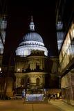 Cathédrale de rue Paul la nuit Image stock