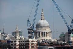 Cathédrale de rue Pauls à Londres entourée par Cranes Photos libres de droits