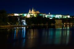 Cathédrale de rue Vitus la nuit à Prague Photos libres de droits
