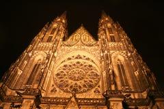 Cathédrale de rue Vitus la nuit Photos stock
