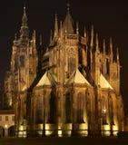 Cathédrale de rue Vitus la nuit Image stock