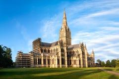 Cathédrale de Salisbury au lever de soleil images stock