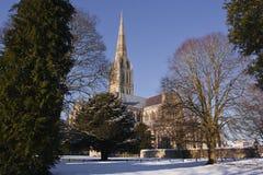 Cathédrale de Salisbury dans la neige. photographie stock