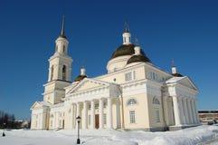 Cathédrale de Spaso-Preobrazhensky dans la ville de Nevyansk, de tour de cloche et de la tour penchée Paysage urbain de l'hiver Images libres de droits