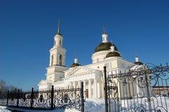 Cathédrale de Spaso-Preobrazhensky dans la ville de Nevyansk, de tour de cloche et de la tour penchée Paysage urbain de l'hiver Image stock
