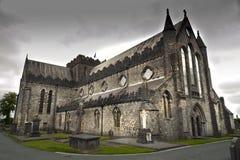 Cathédrale de St Canices et tour ronde dans Kilkenny Image stock