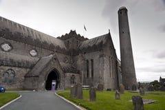 Cathédrale de St Canices et tour ronde dans Kilkenny Photos stock