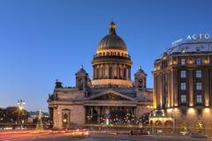 Cathédrale de St Isaac de nuit dans des décorations de Noël, saint Peter Image libre de droits