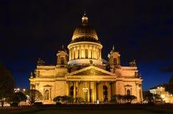 Cathédrale de St Isaac en mai, nuit, illuminée Image stock