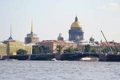 Cathédrale de St Isaac et le pont de palais Photos libres de droits