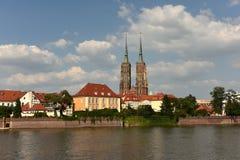 Cathédrale de St John le baptiste avec la rivière Odra à Wroclaw, Pol images stock