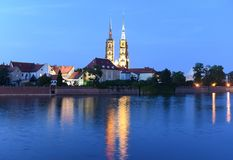 Cathédrale de St John le baptiste avec la rivière Odra à Wroclaw, Pol photographie stock libre de droits