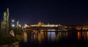 Cathédrale de St Vitus, château de Prague et du Vltava dans la nuit photographie stock