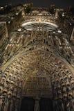 Cathédrale de Strasbourg la nuit vers le haut Photo stock