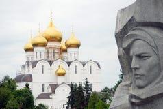Cathédrale de supposition et détail de monument de guerre Photos libres de droits