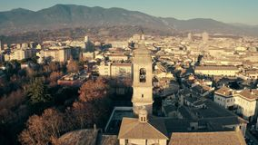 Cath?drale de Terni et le paysage urbain le soir, vue a?rienne l'Italie banque de vidéos