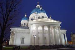 Cathédrale de trinité avec l'illumination la nuit Photos stock
