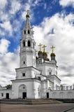 Cathédrale de trinité sainte avec une tour de cloche Image stock