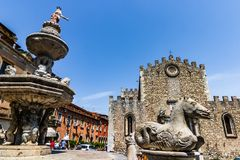 Cathédrale de ville de Taormina et fontaine de Piazza Duomo images stock