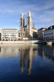 Cathédrale de Zurich se reflétant dans le fleuve images libres de droits
