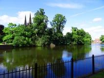 Cathédrale derrière les arbres Lichfield l'angleterre images libres de droits