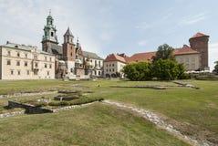 Cathédrale des saints Wenceslas et du stanislaus avec le château adjacent Cracovie Pologne l'Europe image libre de droits