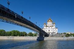 Cathédrale du Christ le sauveur et le pont patriarcal au-dessus de la Moscou-rivière, Russie photographie stock