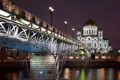 Cathédrale du Christ le sauveur et le pont patriarcal la nuit, Moscou, photos stock