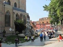 Cathédrale du ` s de Salvator et la sculpture moderne avec les fenêtres colorées à Bruges photo stock