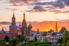 Cathédrale du ` s de St Basil et la tour de Spassky de Moscou Kremli images stock