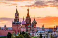 Cathédrale du ` s de St Basil et la tour de Spassky de Moscou Kremli photo libre de droits