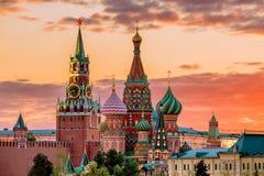 Cathédrale du ` s de St Basil et la tour de Spassky de Moscou Kremli photos libres de droits