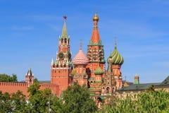 Cathédrale du ` s de St Basil et tours de Moscou Kremlin un matin ensoleillé d'été Photographie stock