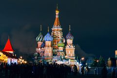Cathédrale du ` s de St Basil sur la place rouge, Moscou, Russie Nuit de l'hiver image stock