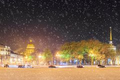 Cathédrale du ` s de St Isaac et l'Amirauté en hiver de St Petersburg Photos libres de droits