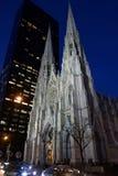 Cathédrale du ` s de St Patrick à New York la nuit le jour du ` s de St Patrick photos libres de droits