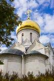 Cathédrale en pierre blanche de la nativité de la Vierge images libres de droits