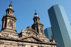 Cathédrale et gratte-ciel à Santiago Photo libre de droits