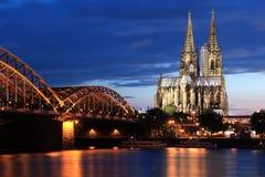 Cathédrale et Hohencollernbridge de Cologne Photographie stock libre de droits
