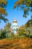 Cathédrale et lames d'automne rouges Images stock