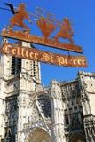 Cathédrale et le signe de la vieille boutique de vin à Troyes Photo stock