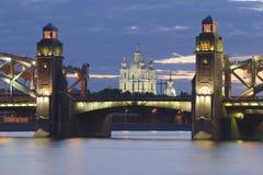 Cathédrale et Peter de Smolny le grand pont, nuit blanche St Petersburg, Russie images stock
